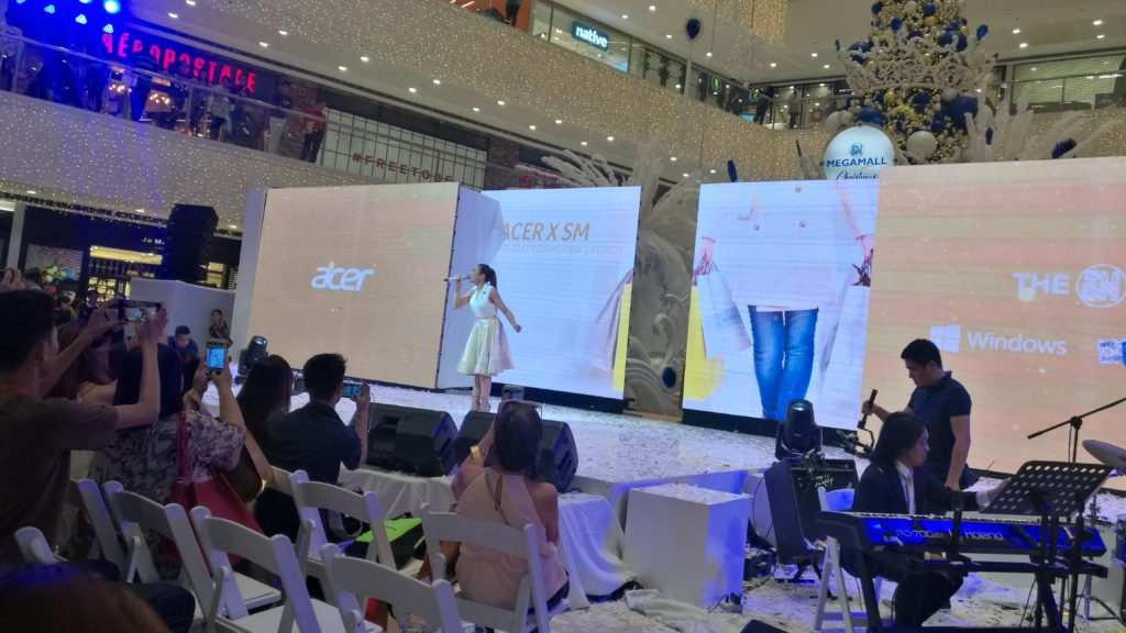 a celebrity performance from Morisette to complete the season's' greetings from Acer Philippines and SM Supermalls.